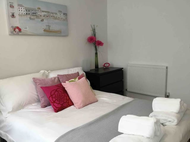 Newly Refurbished 2 Bedroom City Centre Apartment