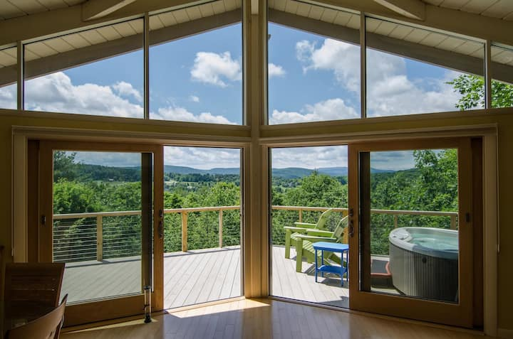 Stunning Mountain View 3 Bedroom Home with 2 Person Hot Tub on Deck!
