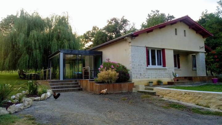 Maison à la campagne avec grand jardin et piscine