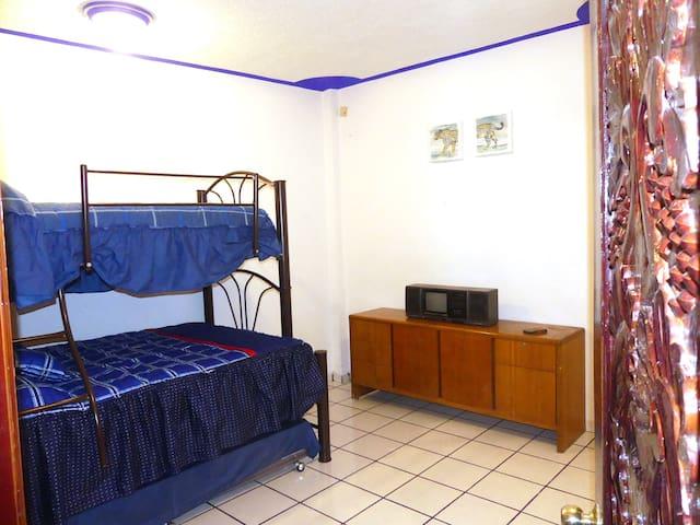 Habitación 2, con 2 camas matrimoniales y 1 individual