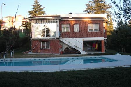 Chalet/villa alquiler cerca Madrid - Santa Cruz del Retamar - Lomamökki