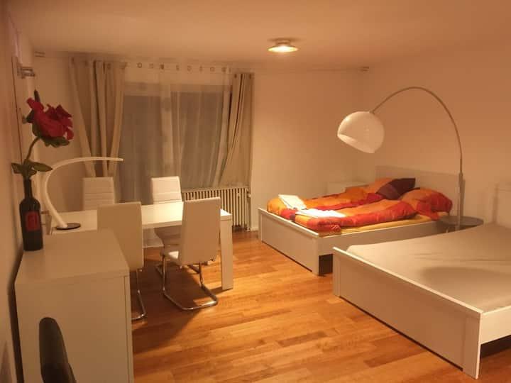 helles Zimmer mit direktem Zugang zum Garten