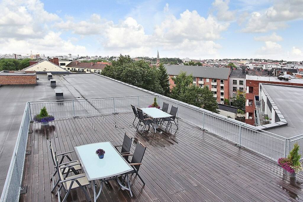 Communal roof terrace with a wide view of Oslo.