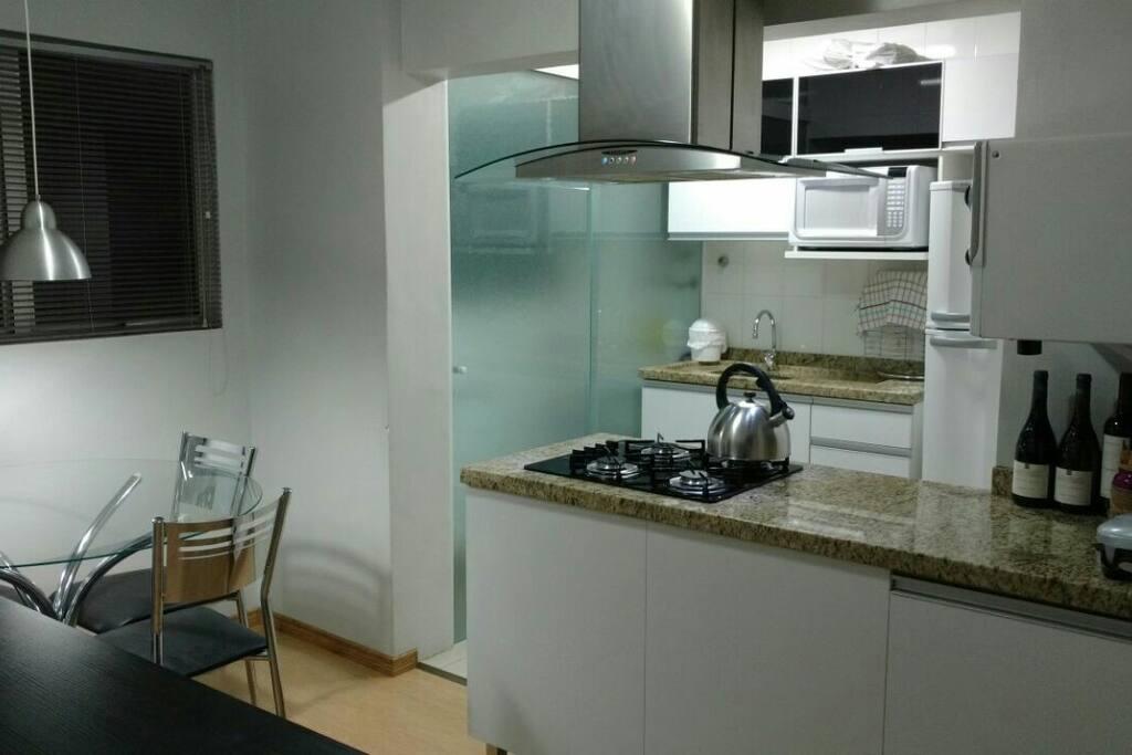 Cozinha equipada completa.