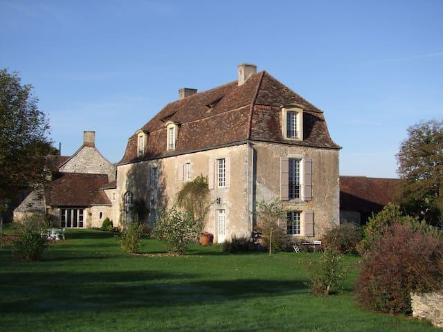 DORDOGNE Maison de Maître du 17eme  - Coulaures - ที่พักพร้อมอาหารเช้า