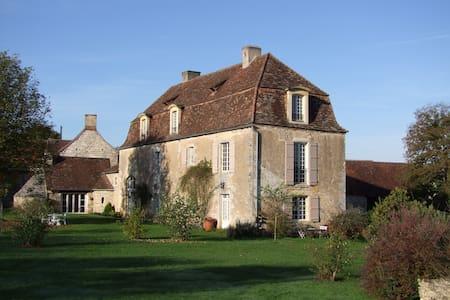 DORDOGNE Maison de Maître du 17eme  - Coulaures - Bed & Breakfast