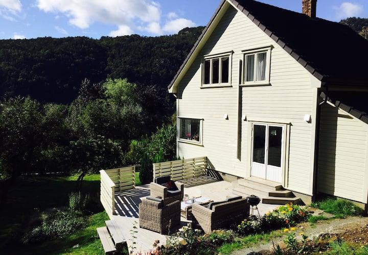 Koselig, eldre hus med lun hage