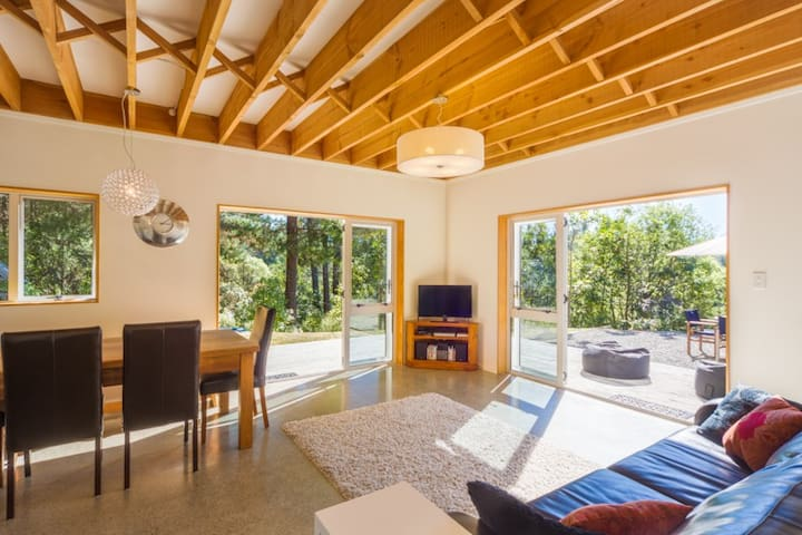 Romantic Getaway or Family Retreat - Mahana - House