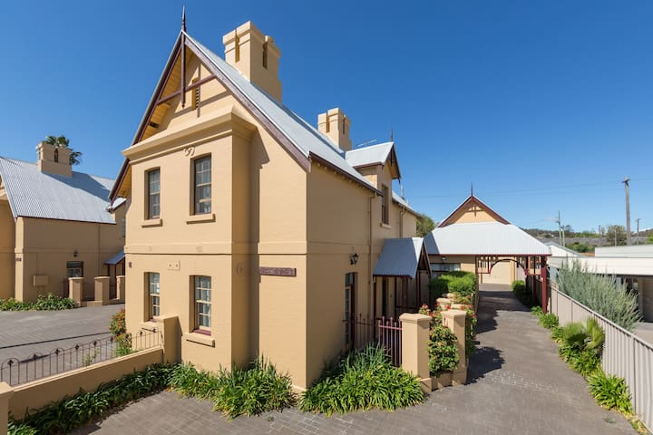 CBD Charming Historic Cottage   532 Young St