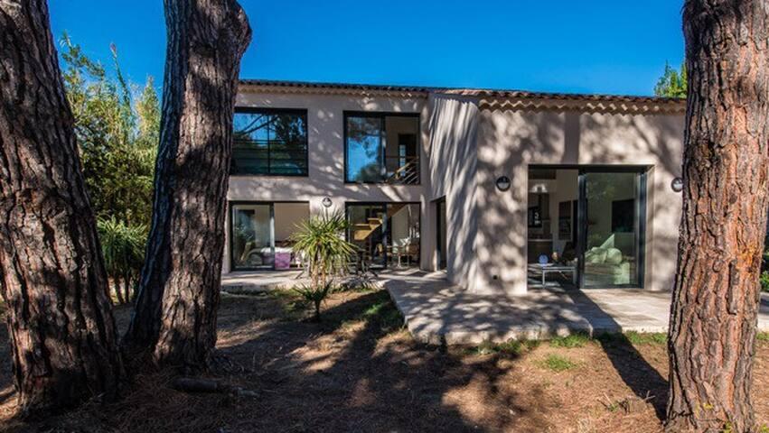 Villa contemporaine dans un parc familial