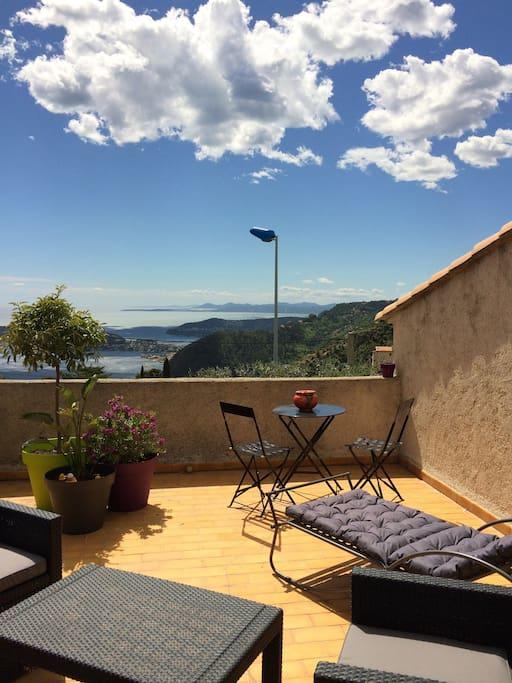 une vue magnifique sur eze village et sur la cote d'azur, saint jean cap verrat, nice  jusqu'antibes...