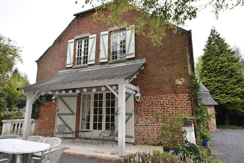 Alluring Cottage in Englancourt with Fenced Garden
