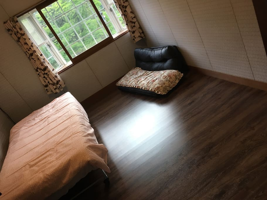 Our house is located in a quiet place where you can sleep and rest comfortably. The guest room is on the second floor.