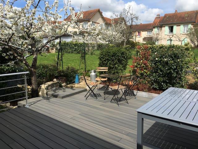 Terrasse de plein pied donnant sur la véranda et le jardin potager. Très abritée et ensoleillée le matin.