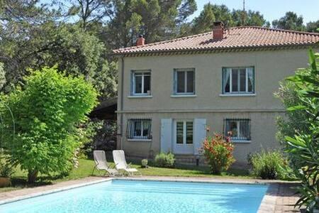 3 chambres dans villa provençale - House