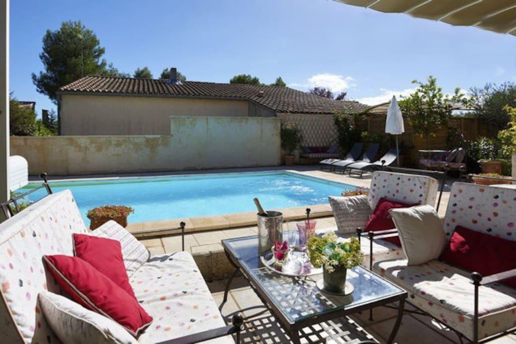 Salon pour vous détendre au bord de la piscine