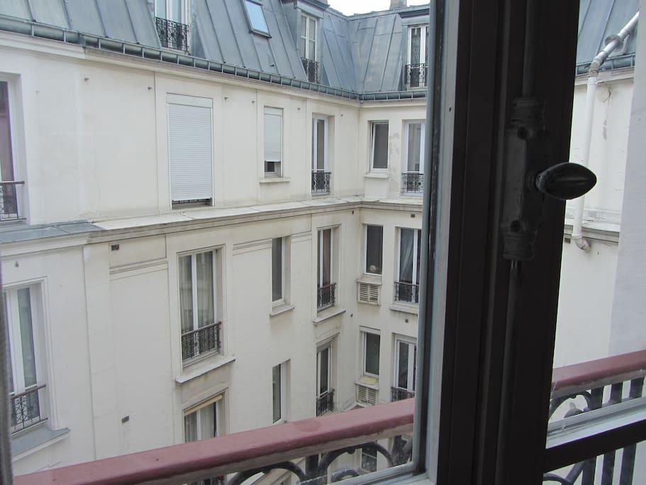 vue depuis la fenêtre de la chambre sur la cour intérieure