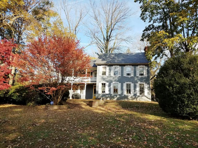 1850'S  FARMHSE-ATTIC SUITE - 5 MINS FROM DOWNTOWN