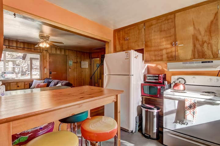 1BR in Funky Cute Cabin Walk to Lake and Casinos!