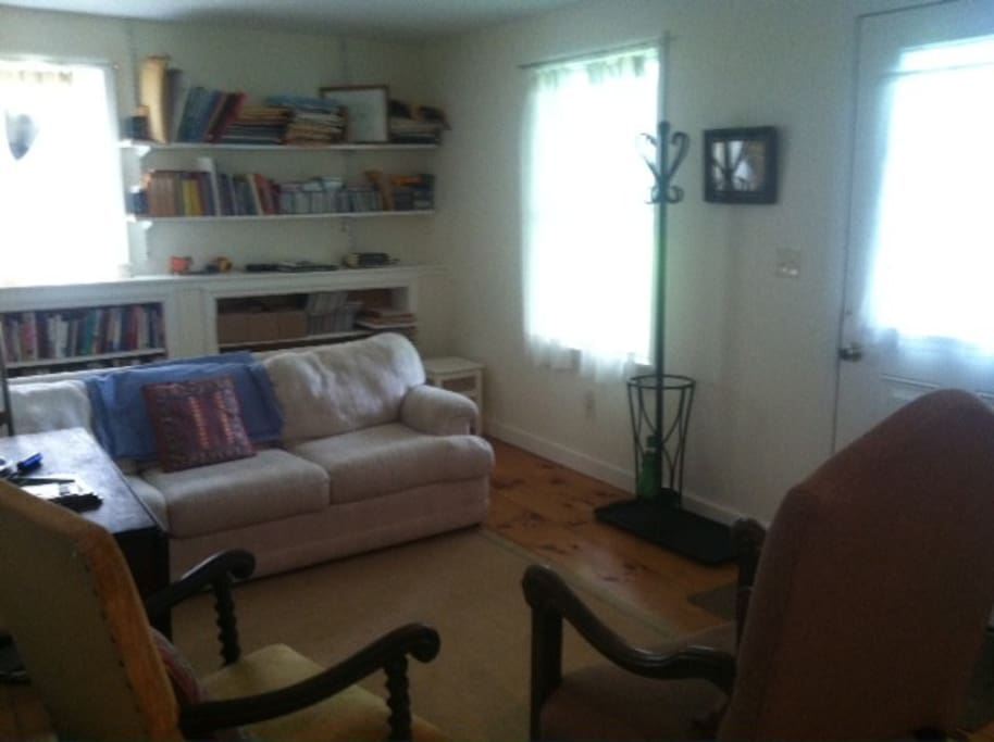 Cozy living room, queen-sofa-bed, nice piano, good light, plenty to read. Cooktop, fridge, coffee, microwave.