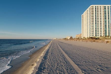 Sleep 6 in a NICE 2 BR Ocean Front - North Myrtle Beach - Apartment