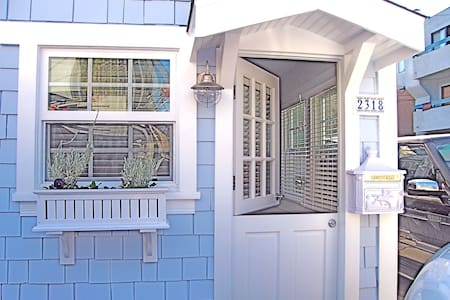 Adorable Cape Cod Cottage, Venice Beach, LA