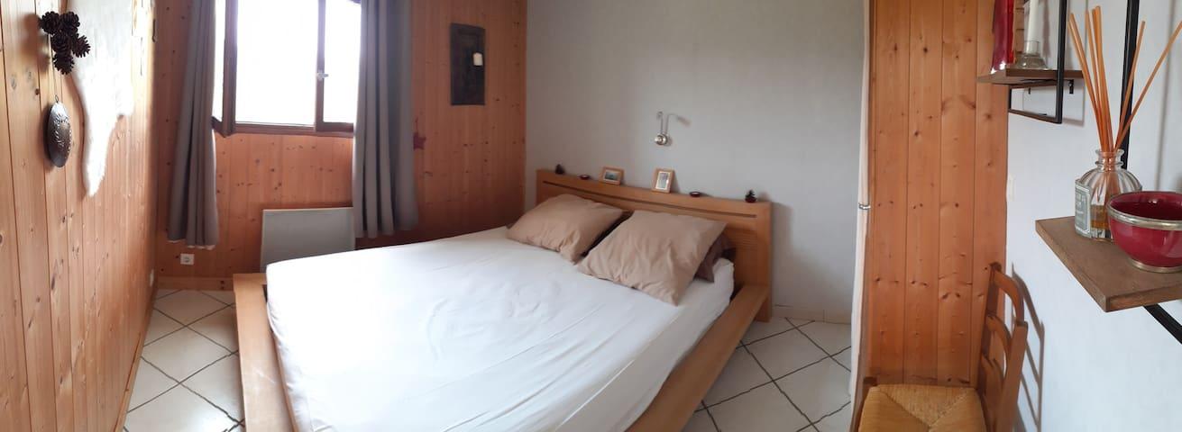 Chambre avec lit queen size.  (160).