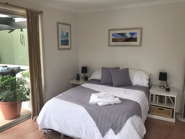 Bright comfortable studio with pool - Engadine