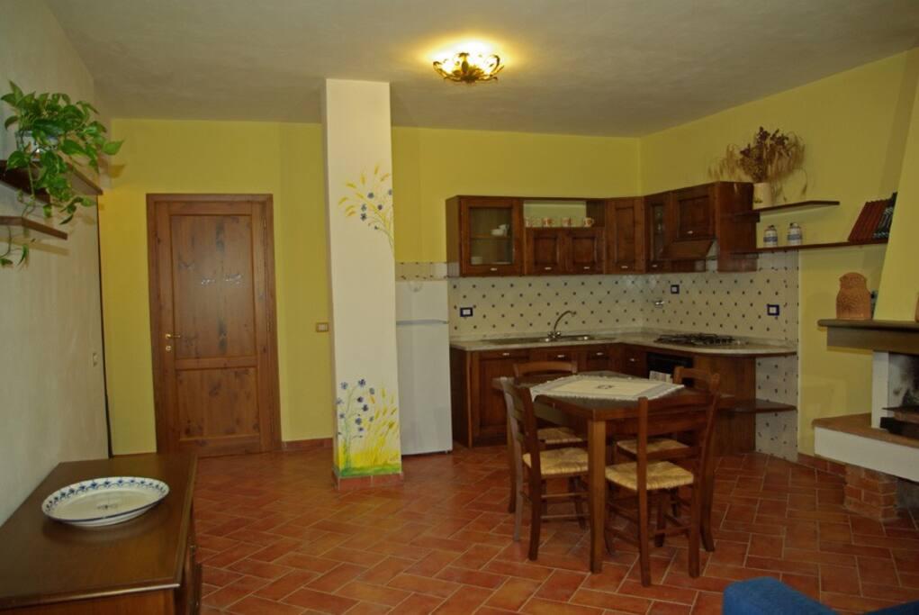 Angolo cucina e ingresso