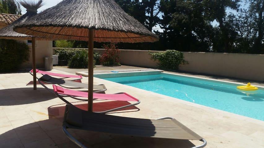 Joli gite provençal ds les alpilles piscine