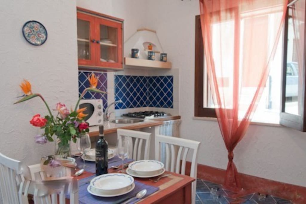 La nostra cucina/soggiorno rossa