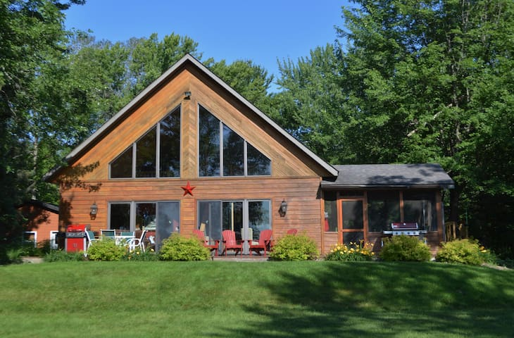 Beautiful Four Season Lakeshore Chalet