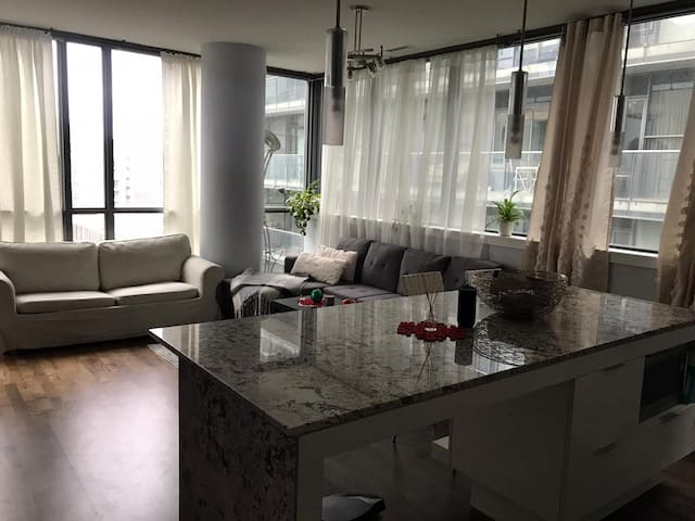 Lovely Toronto Downtown Condo near Cn tower + more