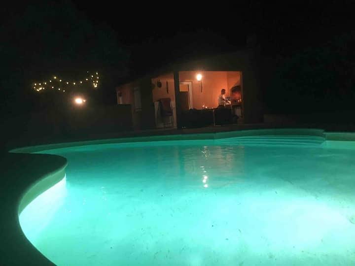 Villa 4 chambres avec grande piscine. Beau village