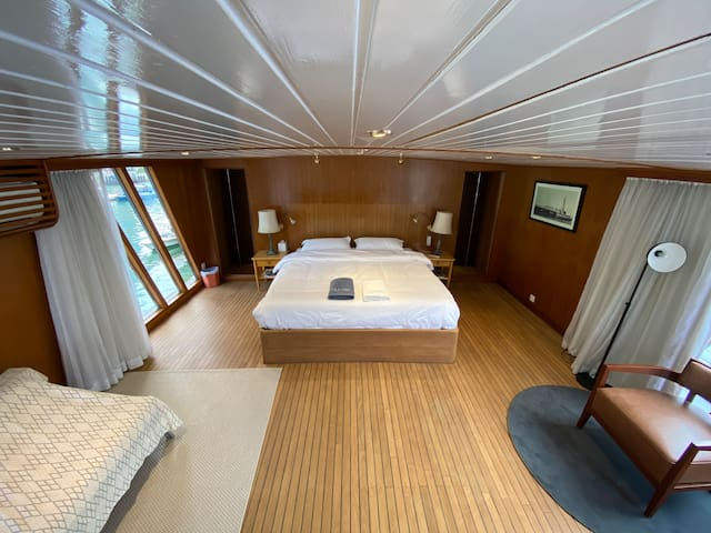 Master Bedroom (upper deck)