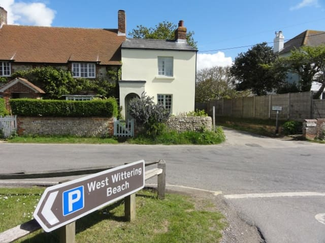 West Wittering Cottage :: free parking & fireplace - West Wittering - Huis