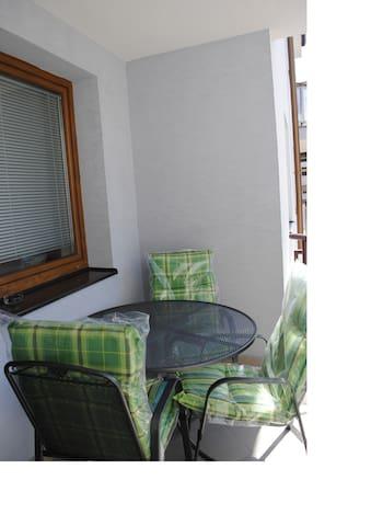 veľký balkón, stolík s priemerom 0,9 m a 3 stoličky, materiál ťahokov