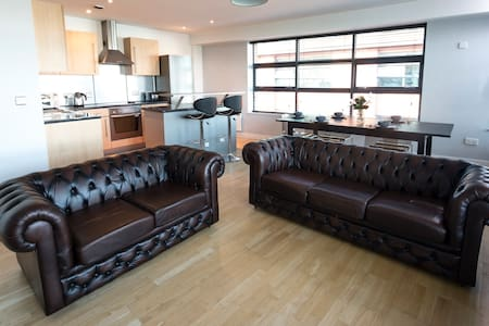 Spacious 2bed - Fast WiFi & Parking