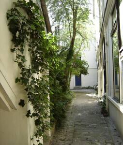 Private studio Marais/Place Vosges!
