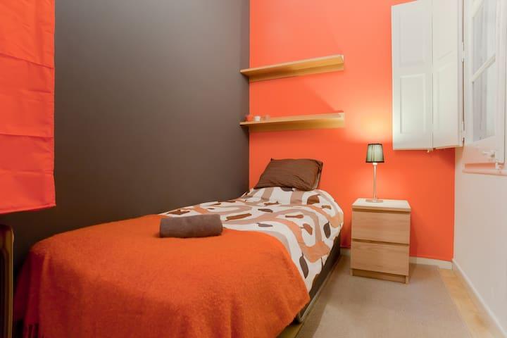 SINGLE ROOM HAPPY FLAT EXC LOCATION - Barcelona - Bed & Breakfast