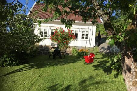 Sørlands-hus i Kilsund med hage, båt og brygge!