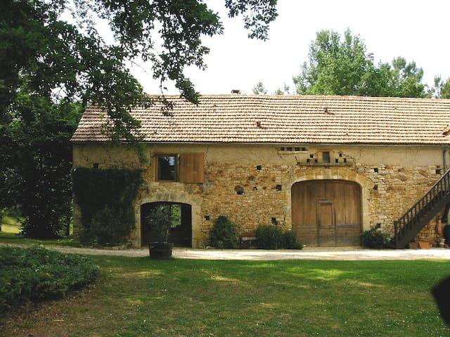 Gite tranquille avec piscine - Montcléra - Dům