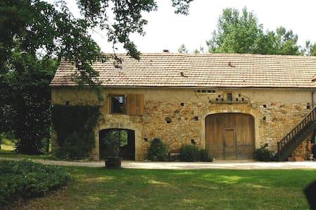 Gite tranquille avec piscine - Montcléra - Casa