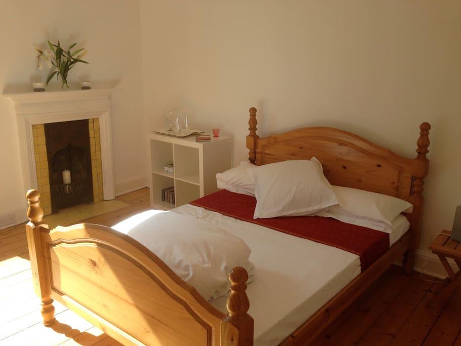 Double bedroom, traditional features, crisp bedding.