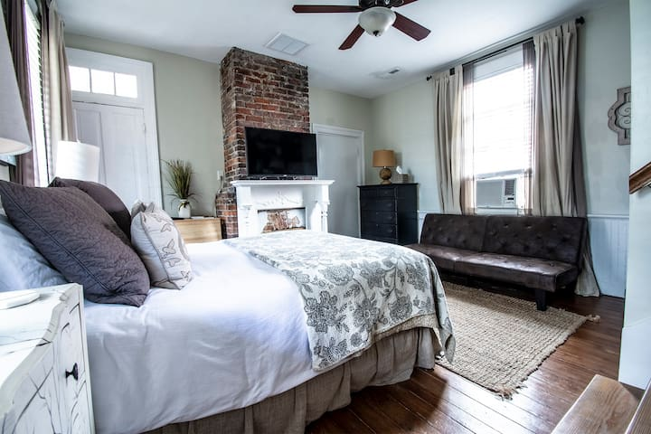 Gorgeous Downtown Studio with Queen Bed & Futon