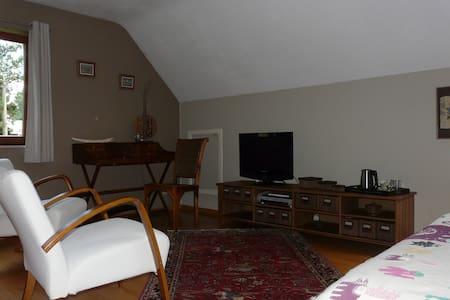 Chambre double avec salon et TV  - Villers-la-Ville - 단독주택