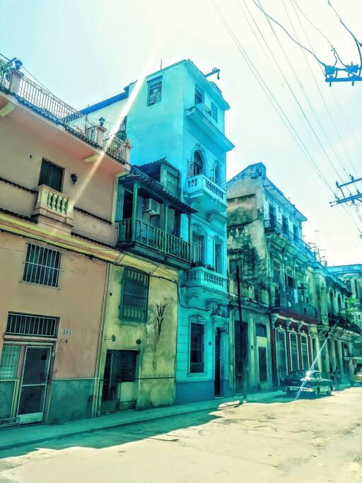 Nuestro edificio azul en el medio de la cuadra. Our blue building in the middle of the block ·205