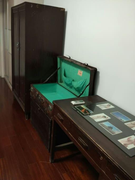 怀旧衣柜木箱书桌