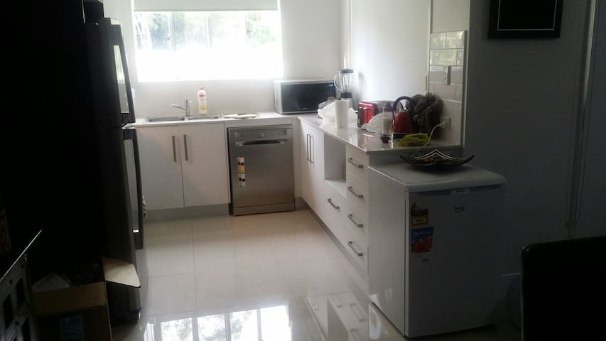 Clean and tidy with lot of space - Durack, Queensland, AU - Casa