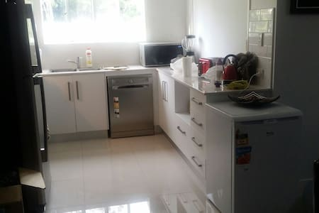 Clean and tidy with lot of space - Durack, Queensland, AU - 獨棟